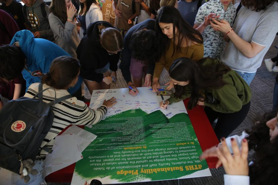 Students+sign+a+sustainablility+pledge+to+be+more+environmentally+friendly+in+a+school-wide+effort+to+combat+the+effects+of+climate+change.